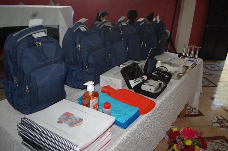 Las mochilas con equipo especial para atender partos están valoradas en Q15 mil. (Foto Prensa Libre: Ángel Julajuj)