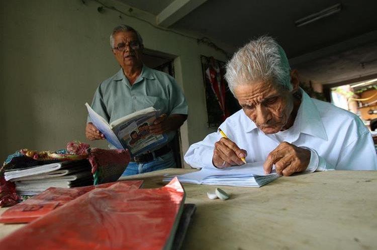 Emilio Juárez Enríquez junto a su hermano José Rodolfo, quien lo apoya en las tareas. (Foto Prensa Libre: Alvaro Interiano)