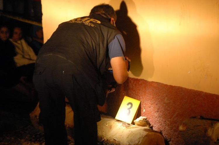 Fiscal del Ministerio Público recaba evidencias de crimen en El Progreso. (Foto Prensa Libre: Hugo Oliva)