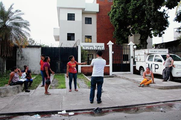 Un grupo de personas afectadas por gas lacrimógeno provenientes de la aldea El Chico, de la cabecera de Retalhuleu, llegaron al Ministerio Púbico a denunciar lo ocurrido cuando hacían fila en el TSE, pero no fueron atendidos.