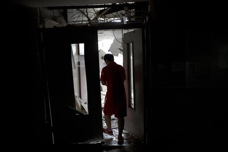 <em>El bombero fue rescatado poco antes del amanecer del viernes y fue trasladado a un hospital para ser tratado de lesiones en la cara, el pecho y los pies. (Foto Prensa Libre: AFP).</em>