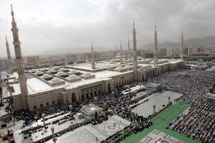 Fotografía de archivo que muestra la Mezquita del Profeta, la segunda más sagrada del islám y ubicada en la ciudad saudí de Medina, donde un terrorista suicida atentó el lunes. (Foto Prensa Libre: EFE).