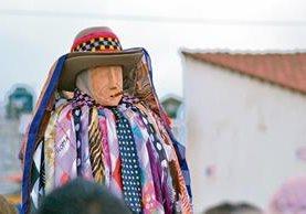 El Viernes Santo, el Rilaj Mam se encuentra con la procesión del Santo Entierro en la plaza de Santiago Atitlán.