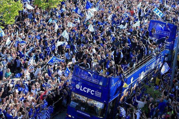Jugadores del Leicester fueron recibidos como héroes por los seguidores en su ciudad.