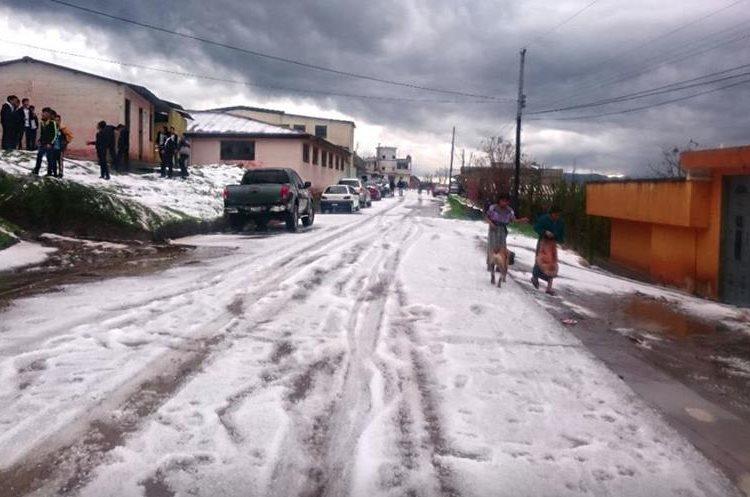 Pobladores se sorprendieron por la caída de granizo que cubrió calles y terrenos. (Foto Prensa Libre: Cortesía Chajabal San Andrés)
