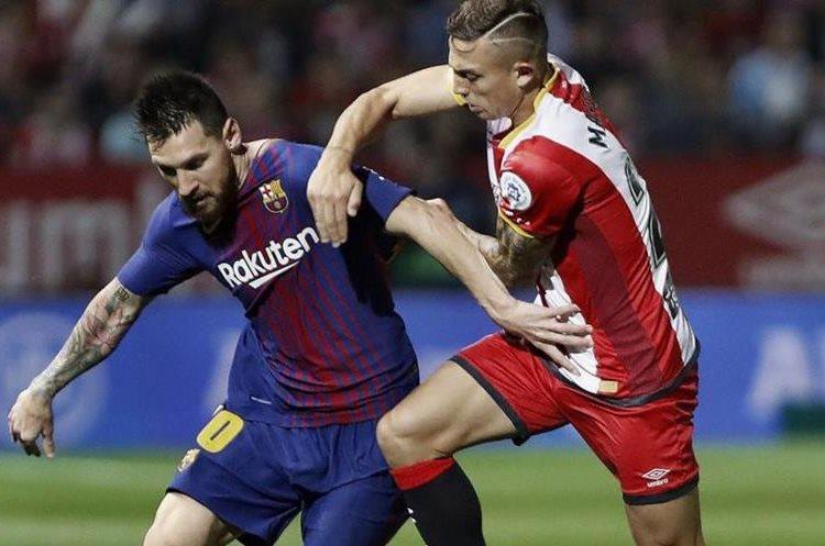 Pablo Maffeo, del Girona, complicó el sábado anterior el juego del Lionel Messi, del Barcelona. (Foto Prensa Libre: EFE).