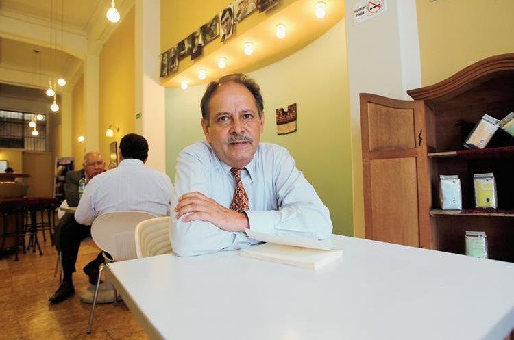 Victor Muñoz, escritor guatemalteco presenta la novela Todos queremos de todo. (Foto Prensa Libre: Ángel Elías)