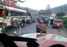 En el kilómetro 255 de la ruta a Huehuetenango, cientos caminan para llegar a sus destinos. (Foto Prensa Libre: Mike Castillo)