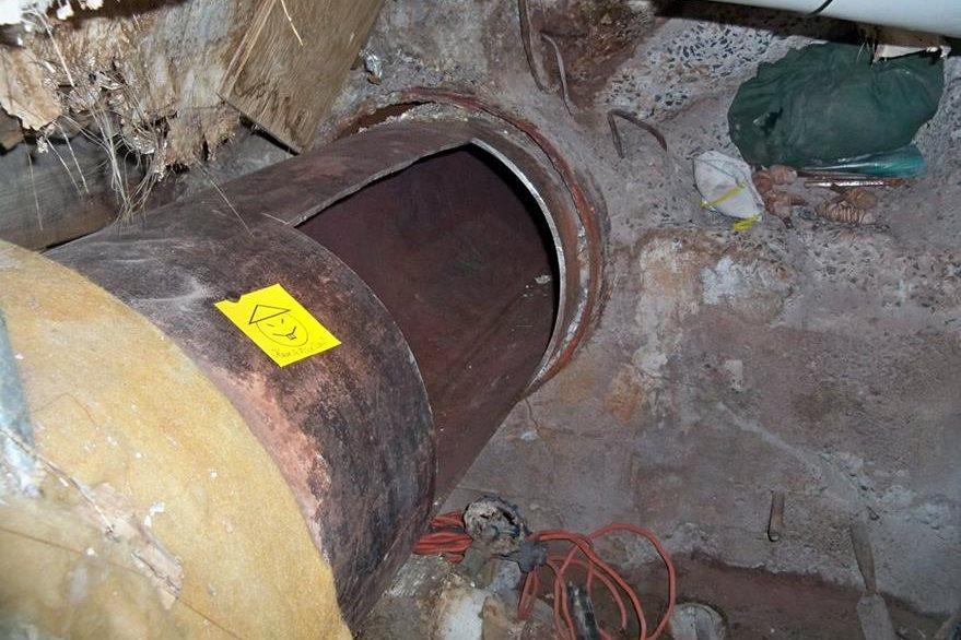Los reos perforaron gruesas capas de metal de las tuberías de la prisión de Dennamore para lograr su fuga; aún no han sido recapturados. (Foto Prensa Libre: AP).