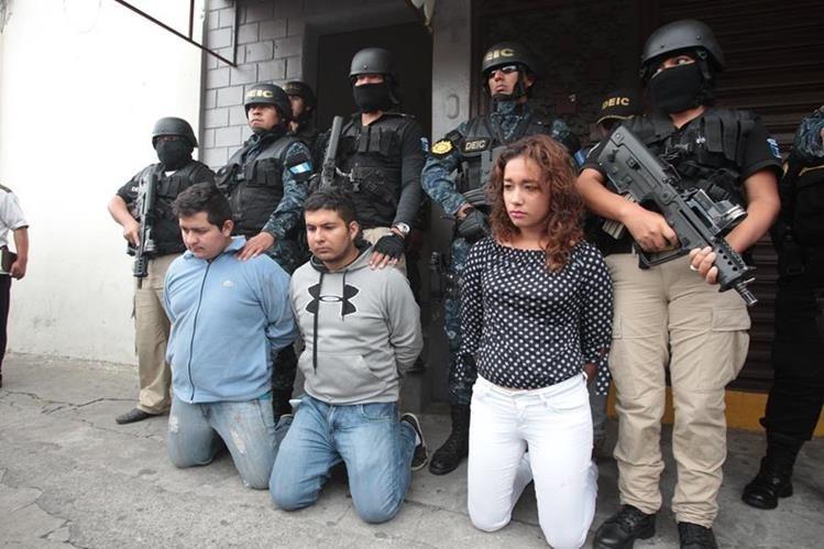 Los tres supuestos secuestradores detenidos durante el operativo de rescate del menor. (Foto Prensa Libre: Hemeroteca PL)