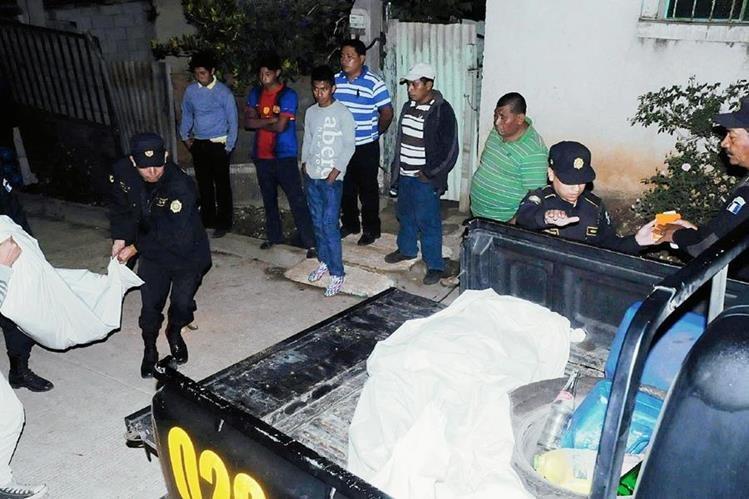 En palangana de autopatrulla trasladan cadáveres de lapidados en la aldea El Cerinal, Barberena, Santa Rosa. (Foto Prensa Libre: Oswaldo Cardona)