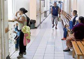 Personas esperan por atención en el Hospital Roosevelt, donde médicos afirman que priorizarán las emergencias si no reciben insumos. (Foto Prensa Libre: Edwin Bercián)