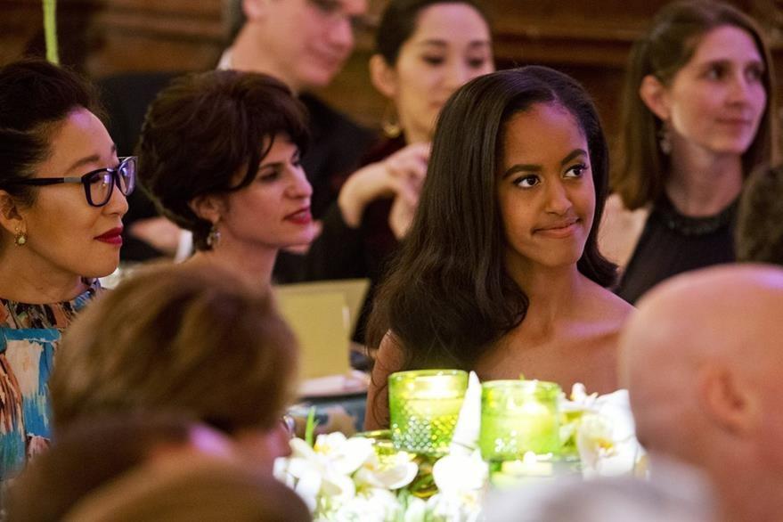 Malia Obama (centro), hija del presidente de EE. UU. durante su primer cena de gala. (Foto Prensa Libre: AP).