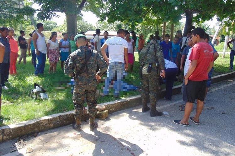 Uno de los jóvenes murió en el lugar y los otros dos fueron trasladados a un centro asistencial. (Foto Prensa Libre: Rigoberto Escobar).