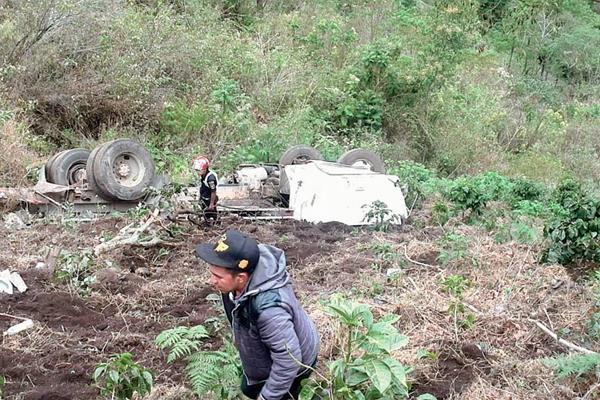 Padre e hijo  murieron en Palencia, al accidentarse en el camión que viajaban.( Foto Prensa Libre: Erick Ávila)