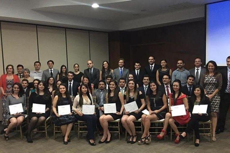 Grupo de beneficiados por GuateFuturo en el 2016. (Foto Prensa Libre: Cortesía).