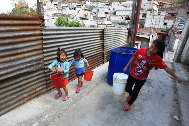 Vecinos de la colonia San Julián, Nueva Chinautla, llevan un mes de no recibir agua entubada. Se consultó sobre los motivos en  Empagua, empresa que presta  el servicio, pero no brindaron información. (Foto Prensa Libre: Esbin García)