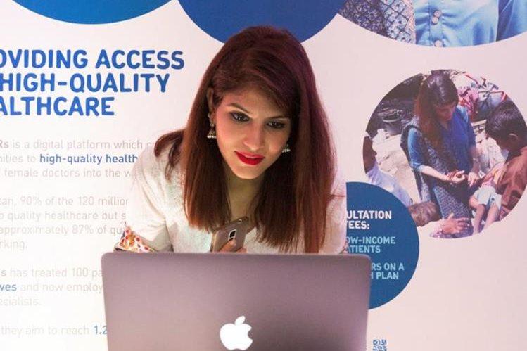 La ganadora del 2015/2016, Dra. Sara Saed, mostrando su modelo de emprendimiento. (Foto Prensa Libre: Unilever)