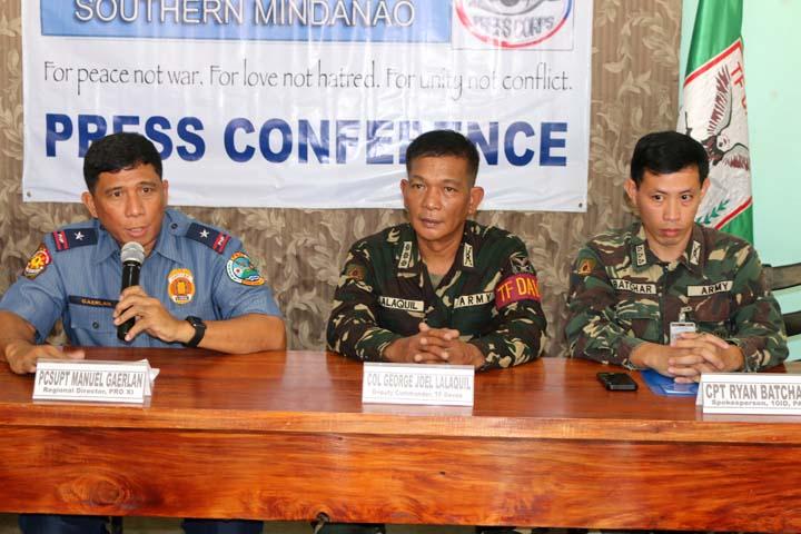 Manuel Gaerlan, (i) jefe de la Policía de Davao da declaraciones a la Prensa.