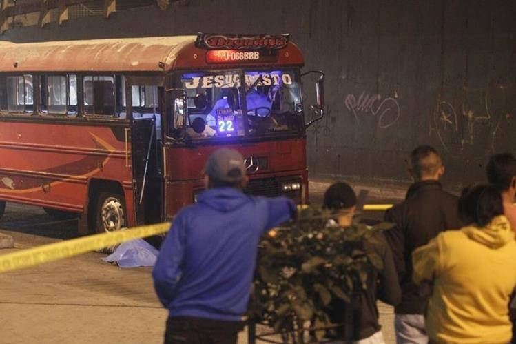 Piloto y ayudante de un bus ruta 22 fueron asesinados en la zona 8 capitalina. Foto Prensa Libre: Carlos Hernández.