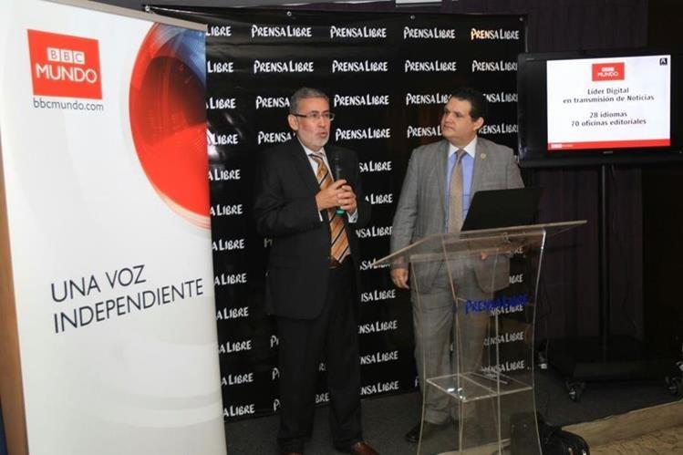 Carlos Villalobos, ejecutivo de BBC Mundo, expone detalles de la alianza junto a Leonardo Rodríguez, gerente de Planificación Digital de Prensa Libre. (Foto Prensa Libre: Esbin García)