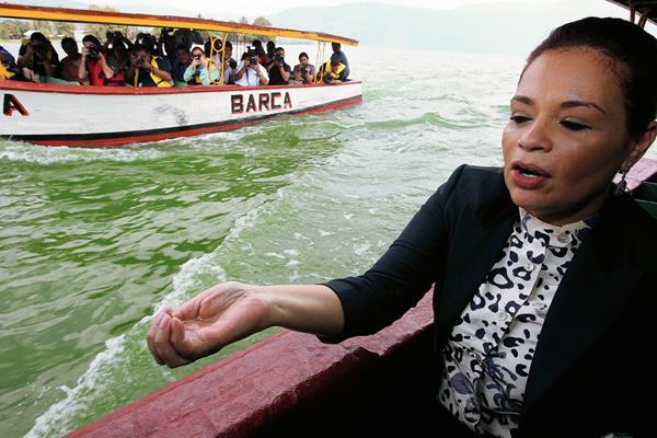 La ex vicepresidenta Roxana Baldetti verificó sobre una lancha el proceso de limpieza del Lago de Amatitlán. (Foto Prensa Libre: Hemeroteca)