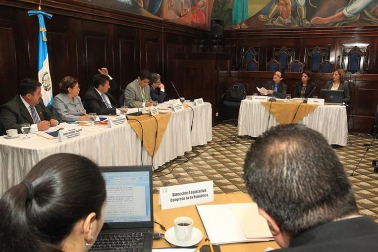 Pesquisidores escuchan los argumentos del MP y Cicig. (Foto Prensa Libre: Estuardo Paredes)