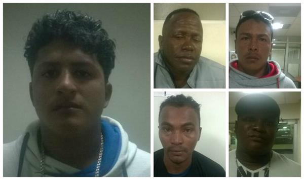 Cinco ecuatorianos fueron detenidos con visas falsas guatemaltecas en el aeropuerto La Aurora. (Foto Prensa Libre: PNC)