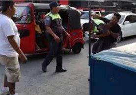Agente de la PMT de Mazatenango y piloto de mototaxi pelean en vía pública. (Foto Prensa Libre: Cortesía Óscar Aceitera)