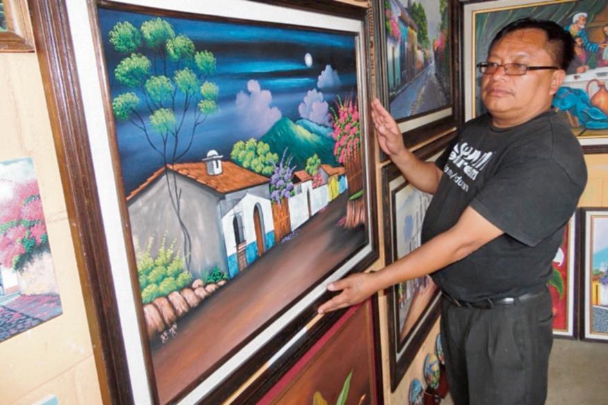 El artista  visual Jaime René Reyes muestra el trabajo que alberga su galería, en Comalapa.