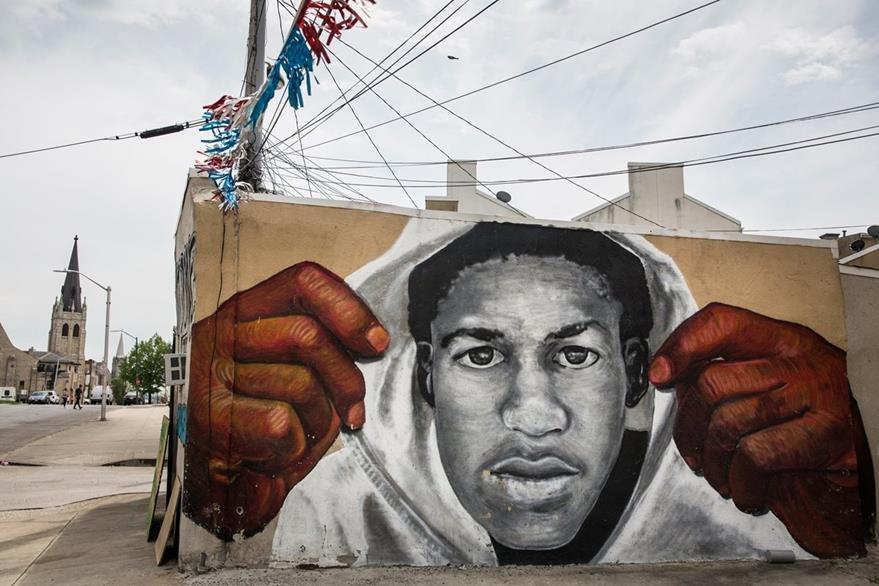 Un mural en Baltimore representa a Freddie Gray, el joven que murió supuestamente, a manos de policías el 19 de abril último. (Foto Prensa Libre: AFP).