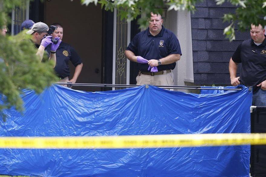 Agentes encontraron a las cinco víctimas mortales y un menor que seguía con vida. (Foto Prensa Libre: AP).