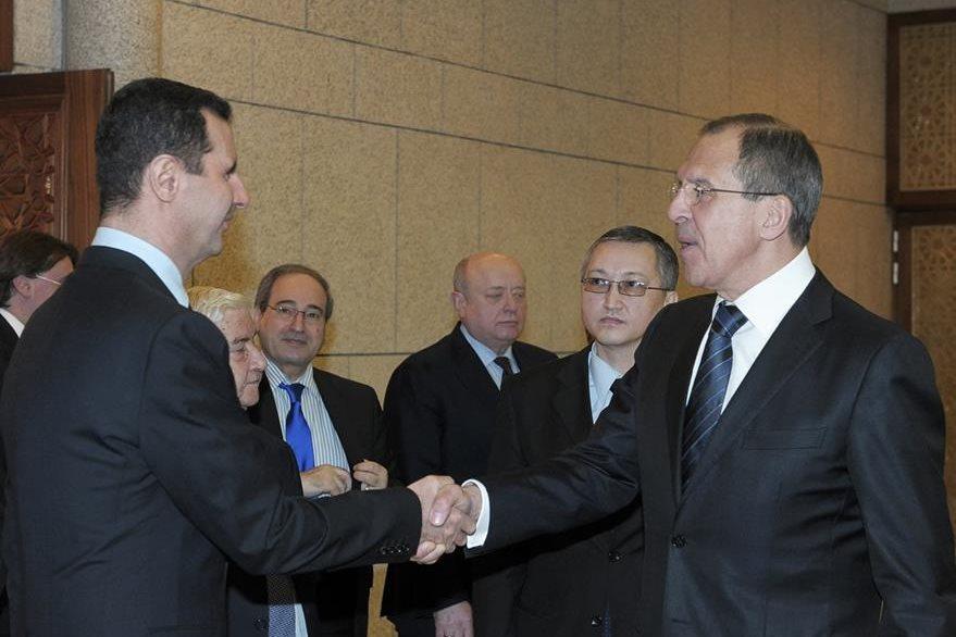Siria ha encontrado a un amigo en Rusia. En la fotografía, Bashar al-Asad (izquierda), saluda al primer ministro ruso Sergey Lavrov, durante una reunión en Damasco, Siria. (Foto Prensa Libre: AP).