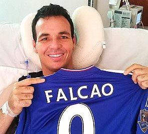 Alexis Viera posa con una camiseta enviada por el delantero Radamel Falcao García, del Chelsea, como muestra de apoyo al jugador. (Foto Prensa Libre: EFE)