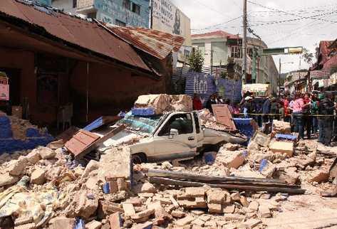 Las paredes de adobe de un antiguo  inmueble, en el centro de San Marcos, cayeron sobre un vehículo que transitaba por el lugar al momento del sismo.