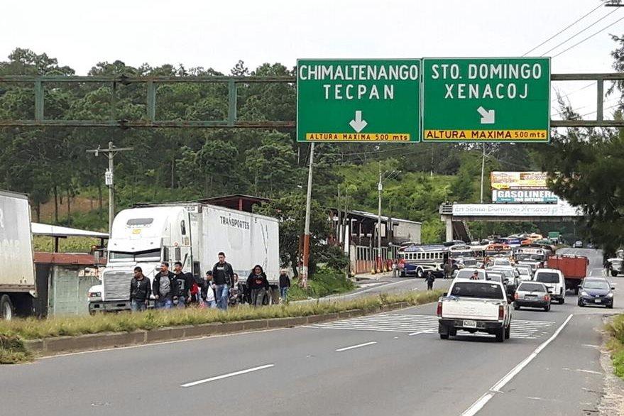 Usuarios del servicio de transporte de pasajeros tuvieron que caminar para llegar a su destino, por bloqueo en Santo Domingo Xenacoj, Sacatepéquez. (Foto Prensa Libre: Víctor Chamalé)