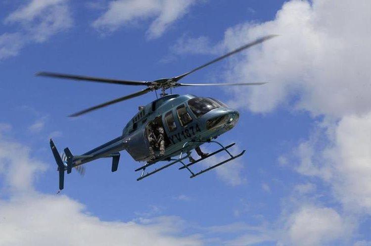Un helicóptero sobrevuela Paramacay, donde se produjo un supuesto alzamiento militar. (Foto Prensa Libre: AP)