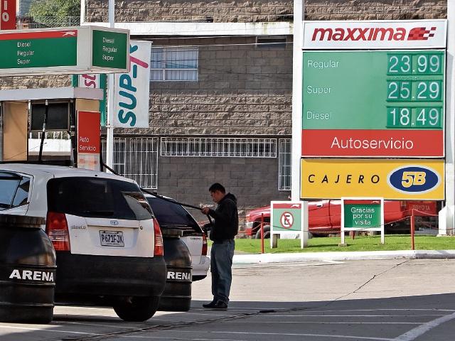 Combustibles en Quetzaltenango registran aumento y la población pide control y monitoreo a la Diaco para evitar un alza generalizada en productos de la canasta básica. (Foto Prensa Libre: Carlos Ventura)