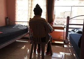 Jenny, con su bebé en brazos, en una de las habitaciones de la casa hogar en la que se encuentra recluida. (Foto Prensa Libre: Gabriela López)