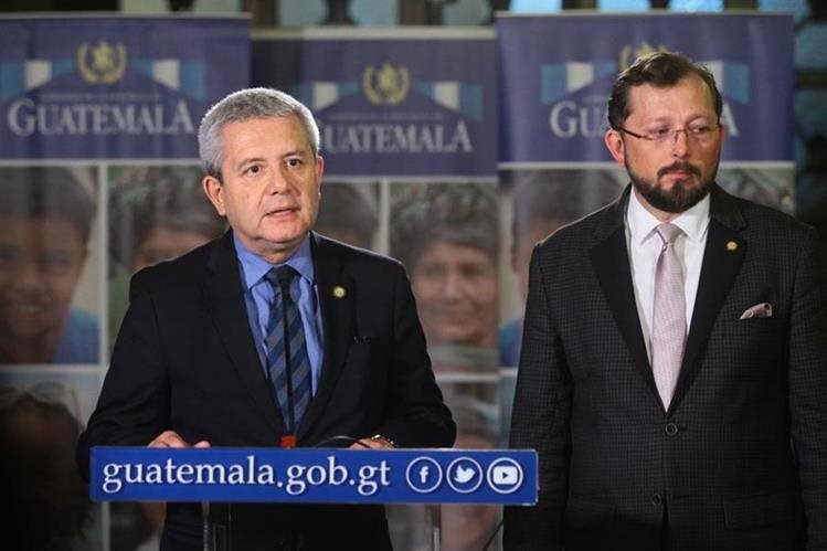 Carlos Martínez, secretario General, y Heinz Heimann, portavoz de la Presiencia, en conferencia de prensa.(Foto Prensa Libre: Carlos Hernández)