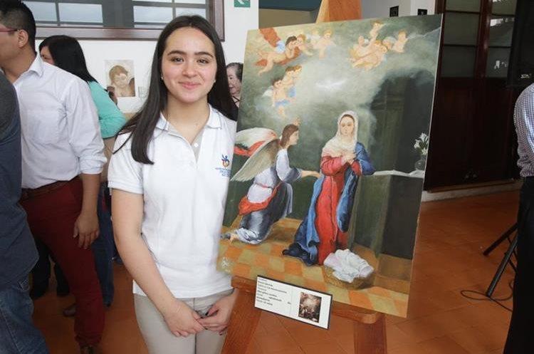 """Rocío García (18) realizó """"La Anunciación"""" y le tomó dos meses. Lo más difícil fue la figura humana y hacerlo realista. Durante el proceso aprendió la técnica de las transparencias. (Foto Prensa Libre: Anna Lucía Ibarra)."""