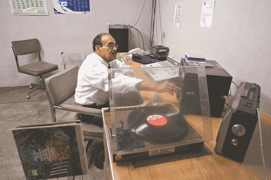La discografía de la emisora incluye seis mil unidades de acetato, que se reproducen en tornamesas convencionales de aguja.  (Foto Prensa Libre: Hemeroteca PL).