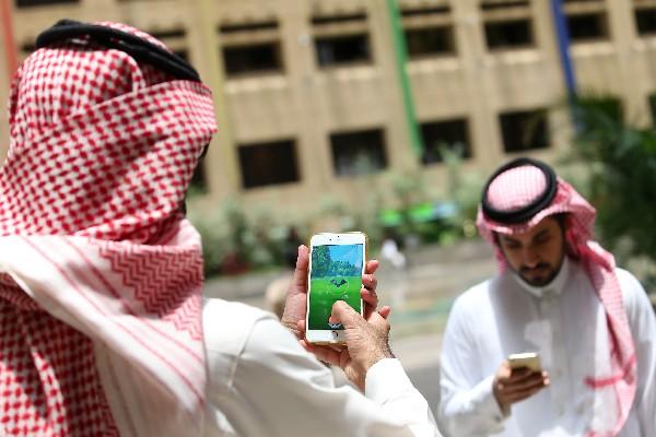 Los saudíes juegan con la aplicación Pokemon Go en sus móviles en Riad. (AFP).