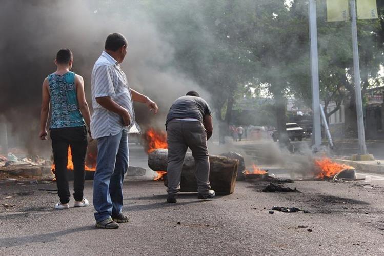 Un grupo de personas durante una manifestación en Maracaibo (Venezuela) en rechazo al racionamiento eléctrico. (Foto Prensa Libre: EFE).
