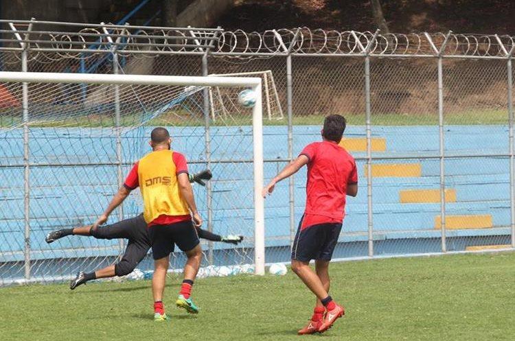 Durante el interescuadras de este viernes Kamiani anotó este golazo. (Foto Prensa Libre: Jorge Ovalle).