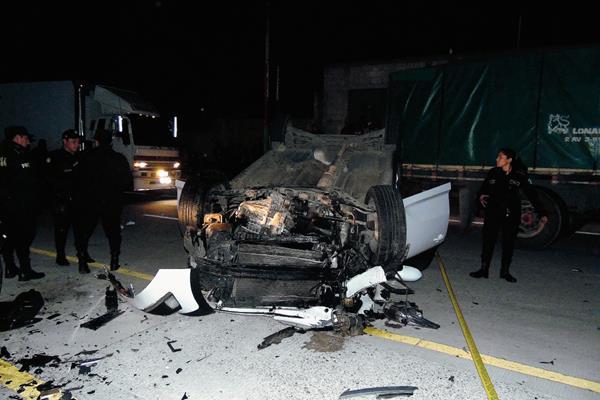 Automóvil donde se trasladaba una familia volcó al chocar con un camión, en el km 89 de Tecpán Guatemala, Chimaltenango. (Foto Prensa Libre: José Rosales)