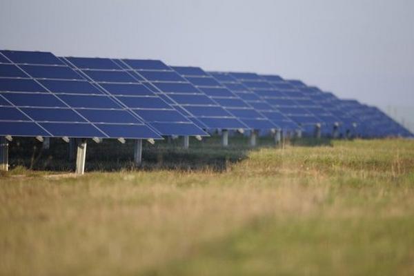 <p>Unas placas solares de energía fotovoltaica, en una imagen tomada en Rosieres-en-Haye, Francia, el 13 de noviembre. (AFP).<br></p>