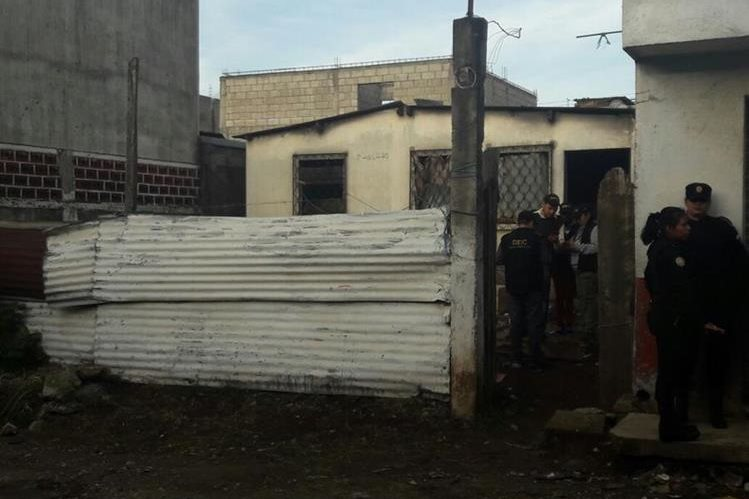 Una de las viviendas allanadas por las fuerzas de seguridad en Mixco, Villa Nueva y San Juan Sacatepéquez. (Foto Prensa Libre: PNC)