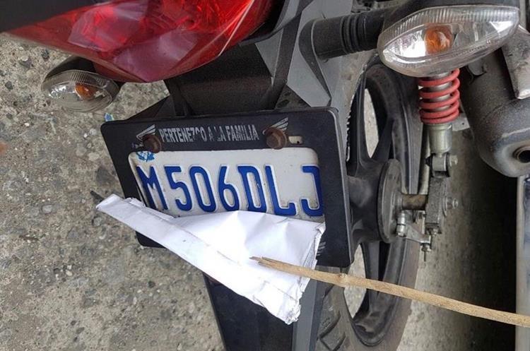 La motocicleta que conducía el supuesto asaltante llevaba la placa tapada. (Foto Prensa Libre: Amílcar Montejo).