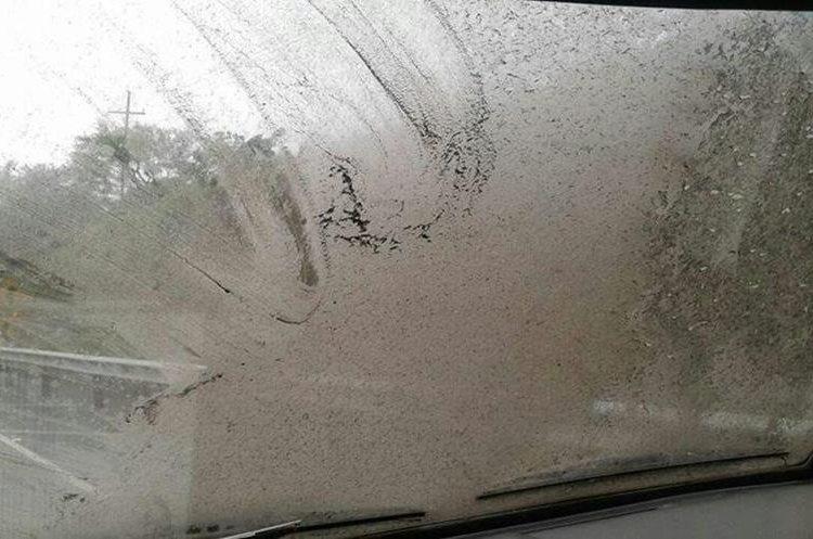 La ceniza volcánica ha cubierto vehículos y afecta la visibilidad. (Foto Prensa Libre: Julio Sicán).